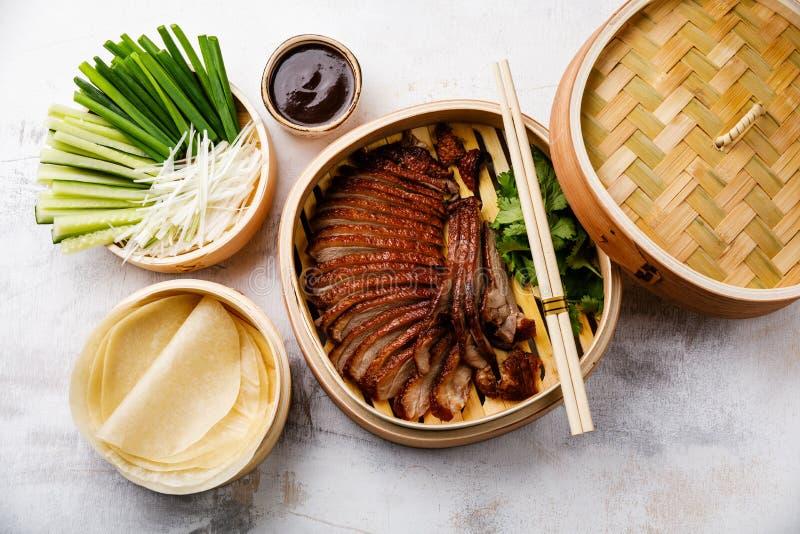 Geschnittene Peking-Ente im Dampfer mit Soße, Gurke und Pfannkuchen Hoysin lizenzfreie stockfotos