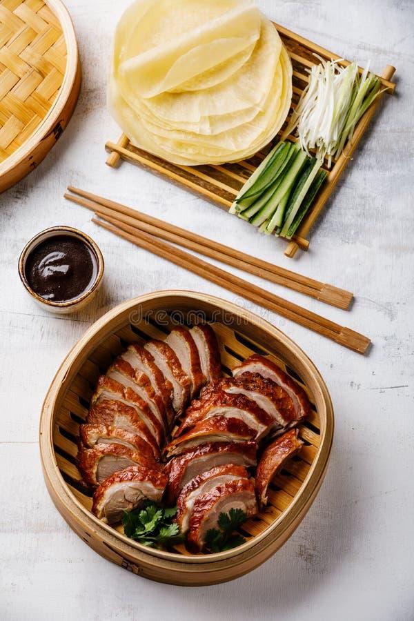 Geschnittene Peking-Ente im Dampfer mit Soße, Gurke und Pfannkuchen Hoysin lizenzfreie stockfotografie