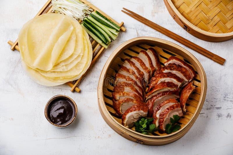 Geschnittene Peking-Ente im Dampfer mit Soße, Gurke und Pfannkuchen Hoysin lizenzfreie stockbilder