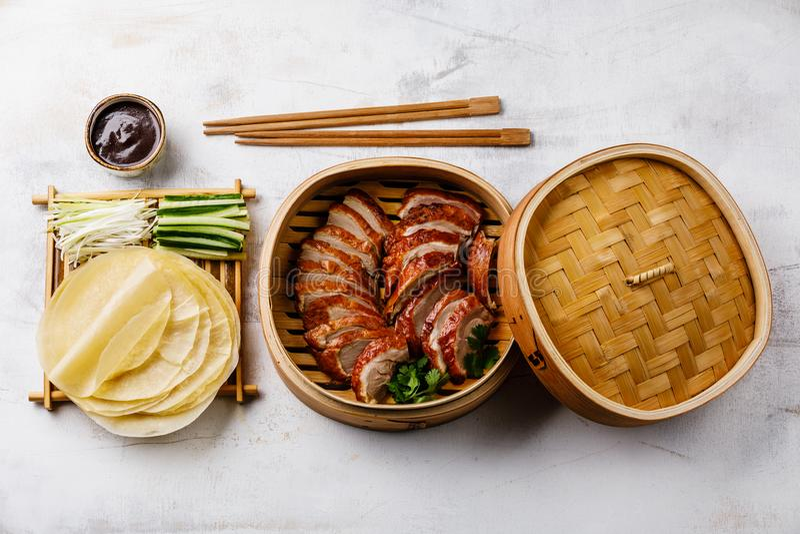 Geschnittene Peking-Ente im Dampfer mit Soße, Gurke und Pfannkuchen Hoysin stockfoto