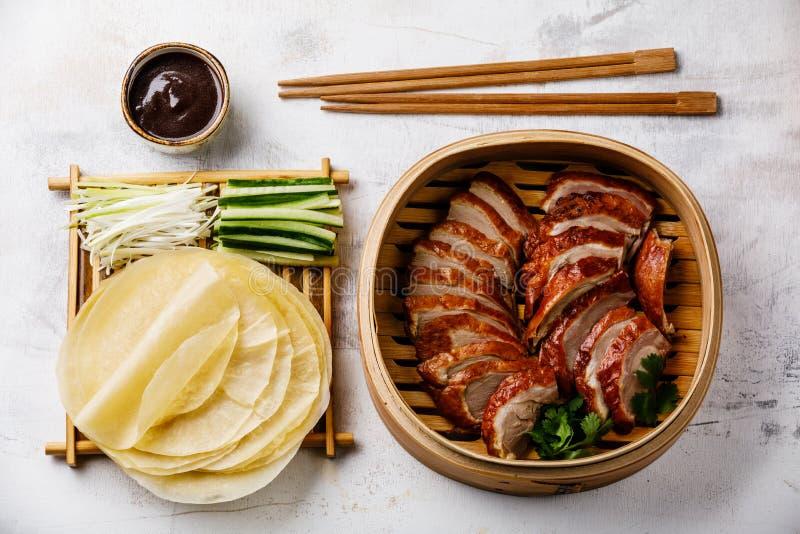 Geschnittene Peking-Ente im Dampfer mit Soße, Gurke und Pfannkuchen Hoysin stockfotografie