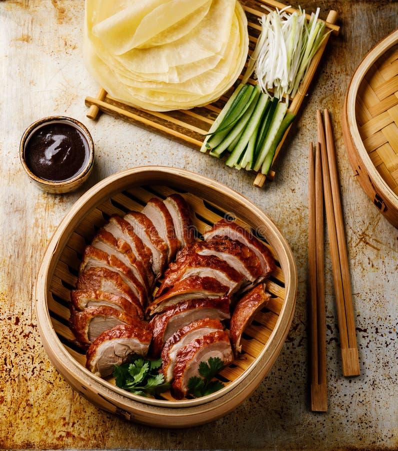 Geschnittene Peking-Ente im Dampfer mit Soße, Gurke und Pfannkuchen Hoysin lizenzfreies stockbild