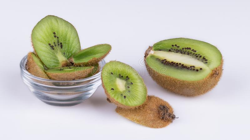 Geschnittene Stücke Kiwis mit brauner Haut Actinidia deliciosa stockbild