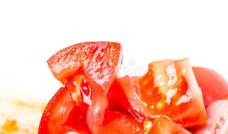 Geschnittene Tomaten auf frischen Salat stockfoto