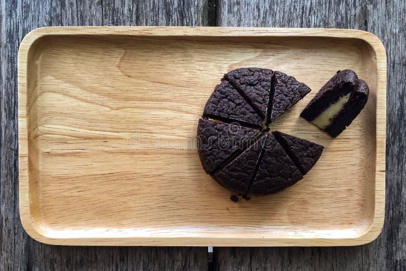 Geschnittene Whoopie-Torte auf dem hölzernen Behälter lizenzfreie stockbilder
