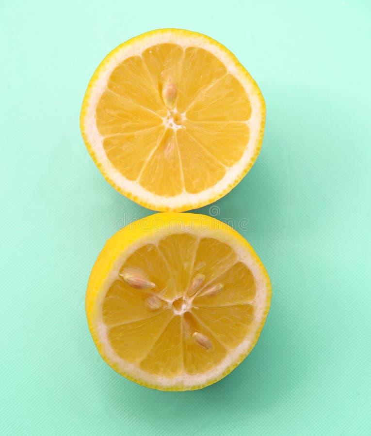 Geschnittene Zitrone auf grünem Pastellhintergrund lizenzfreies stockfoto