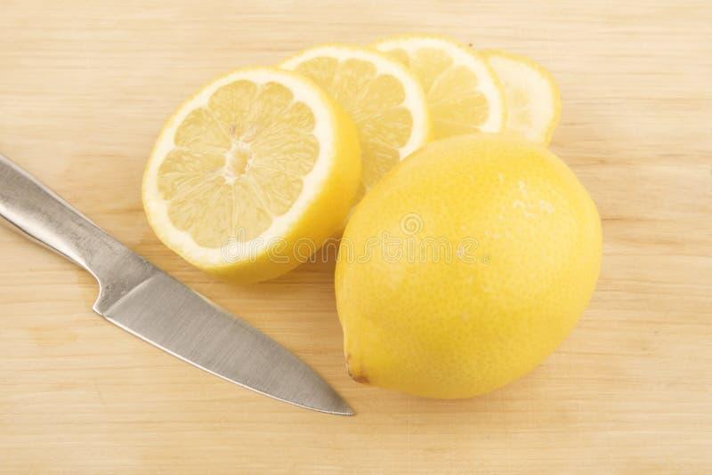 Geschnittene Zitrone und knive lizenzfreie stockbilder