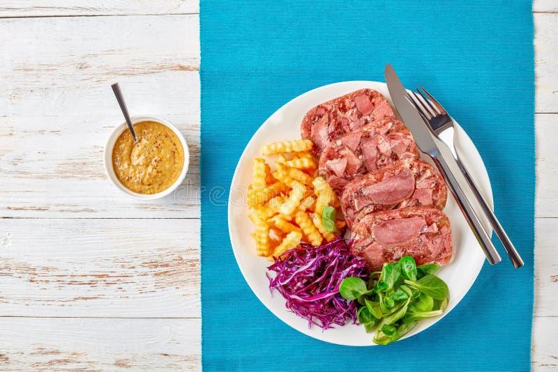 Geschnittener Aspik der Rinderzunge mit Salat stockfoto