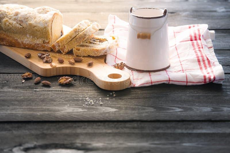 Geschnittener Pfundkuchen auf Holztisch stockbild