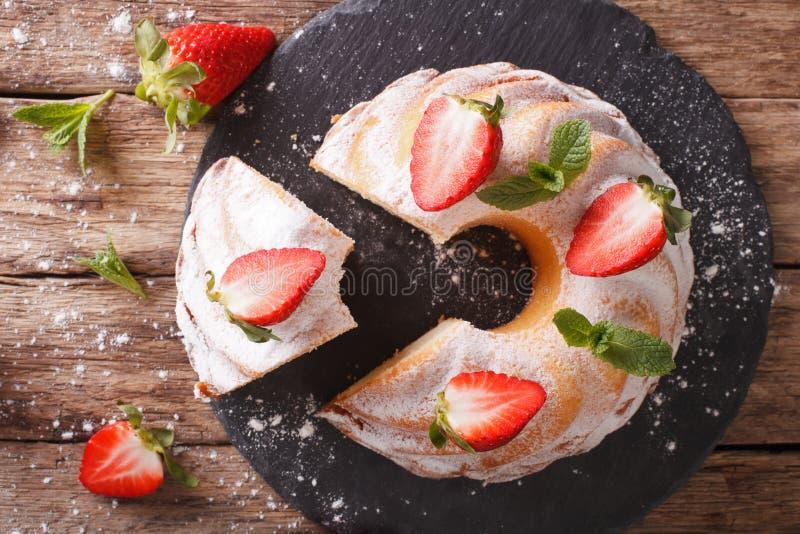 Geschnittener Pfundkuchen mit frischer Minze und Erdbeernahaufnahme Hor lizenzfreie stockfotos