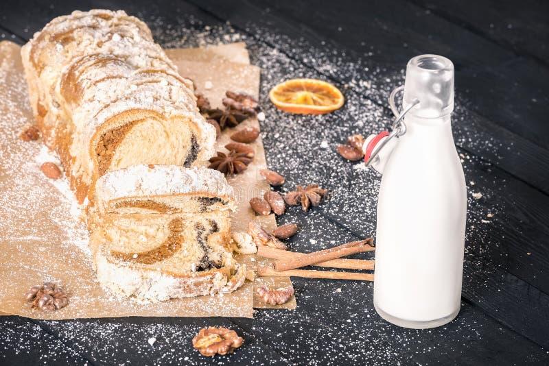Geschnittener Pfundkuchen und eine Flasche Milch stockfotografie