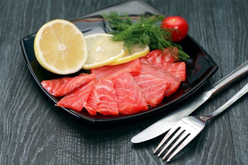 Geschnittener Salmon On Plate lizenzfreie stockfotografie
