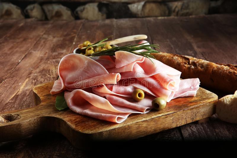 Geschnittener Schinken auf hölzernem Hintergrund Frisches prosciutto Schweinefleischschinken slic lizenzfreie stockbilder