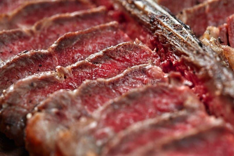 Geschnittener Steak-förmiger Knochen, der auf hölzernem Brett liegt Nahaufnahme stockbilder