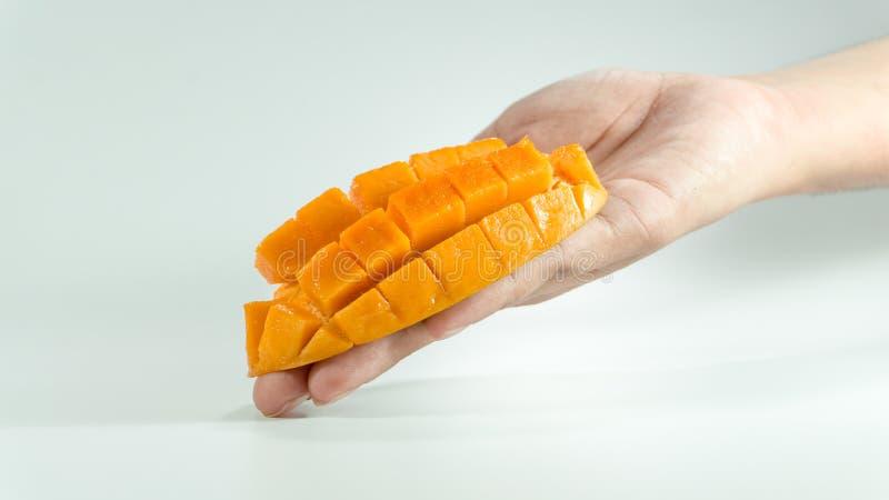 Geschnittener Würfel der frischen Mango an Hand stockfoto