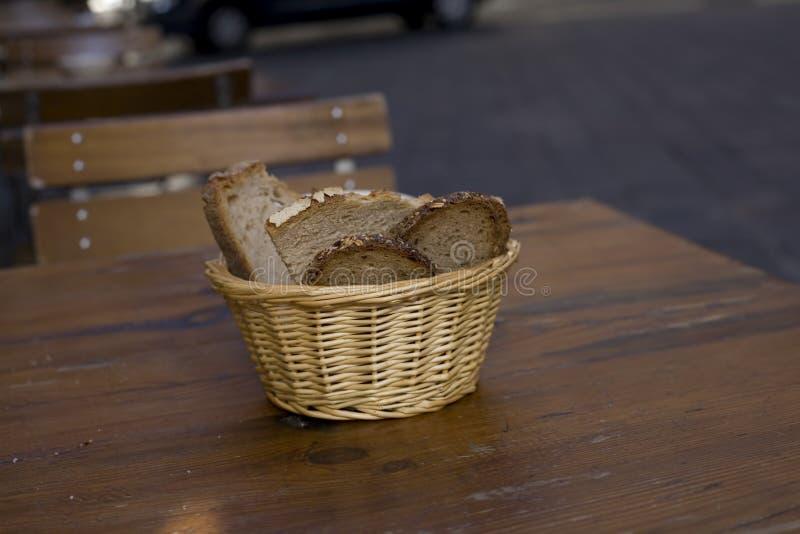 Geschnittenes Brot in einem Korb lizenzfreie stockfotografie