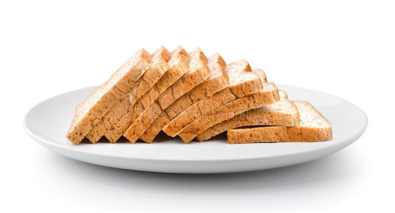 Geschnittenes Brot in einer Platte auf einem weißen Hintergrund lizenzfreie stockfotos
