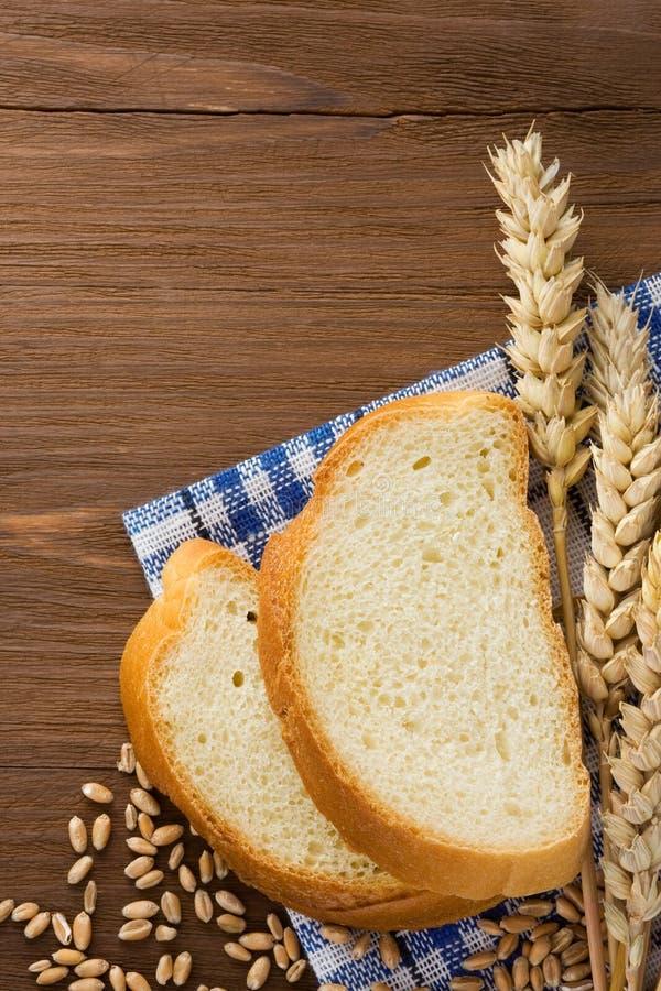 Geschnittenes Brot und Ohren des Weizens stockbilder