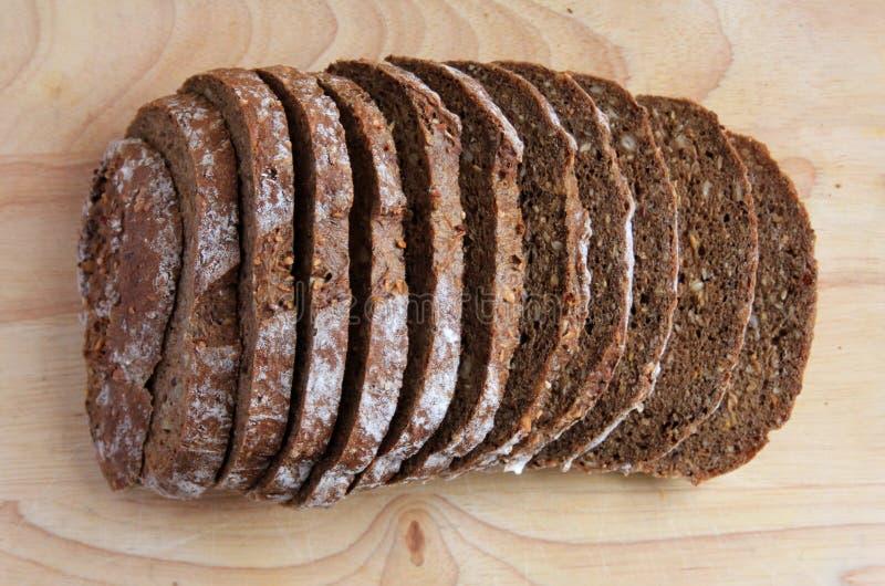 Geschnittenes dunkles Brot stockfotos