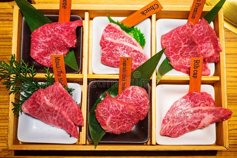 Geschnittenes erstklassiges Rindfleisch für japanisches yakiniku lizenzfreie stockfotos