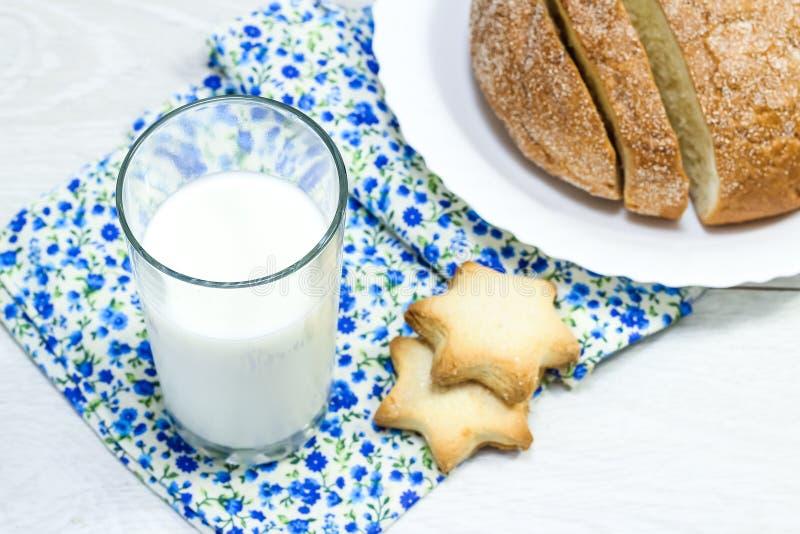 Geschnittenes frisches Brot auf dem Tisch morgens Carbohydra stockfoto