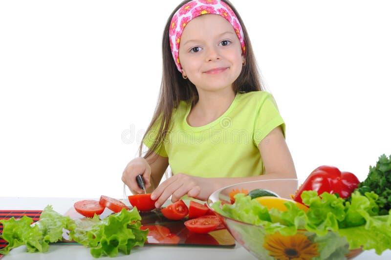 geschnittenes Frischgemüse des kleinen Mädchens. lizenzfreies stockbild