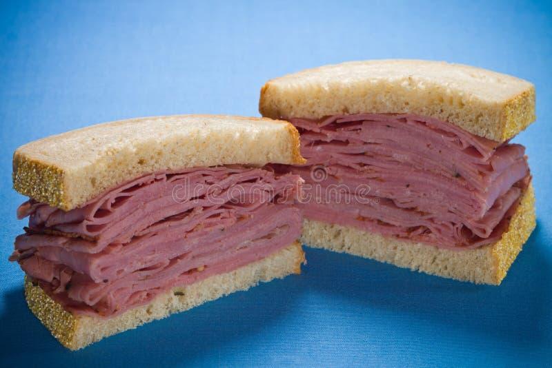 Geschnittenes geräuchertes Fleischrindfleischsandwich lizenzfreies stockfoto