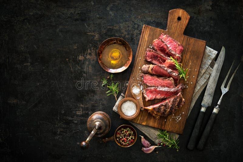 Geschnittenes halb gares gegrilltes Rindfleisch ribeye Steak stockbilder