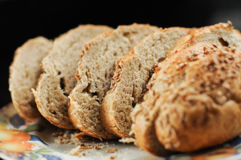 Geschnittenes handwerkliches Vollweizen-Brot stockbild