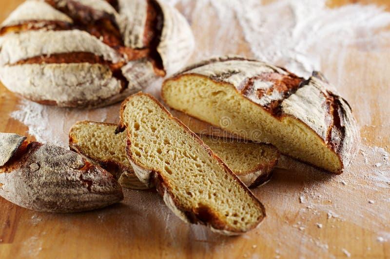 Geschnittenes Laib des Brotes stockbilder