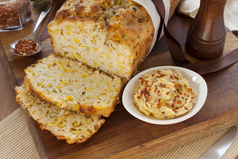 Geschnittenes Mais-Brot stockbilder
