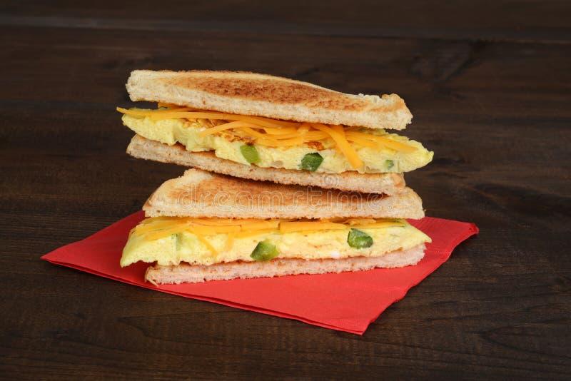 Geschnittenes Omelettsandwich lizenzfreies stockbild
