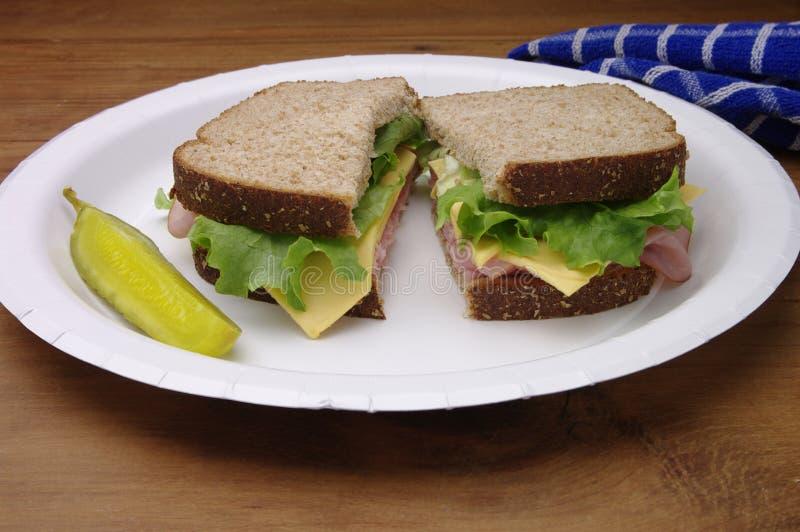 Geschnittenes Schinken-Sandwich auf Papierplatte lizenzfreie stockfotos