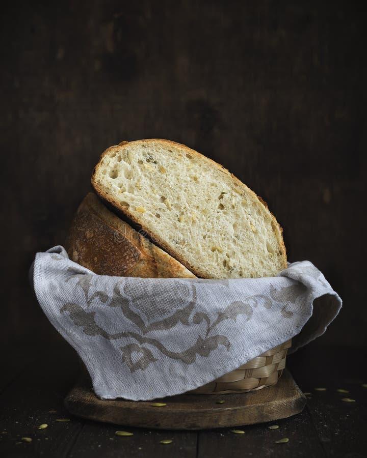 Geschnittenes selbst gemachtes Brot mit Kürbiskernen auf einem hölzernen Hintergrund lizenzfreie stockfotografie