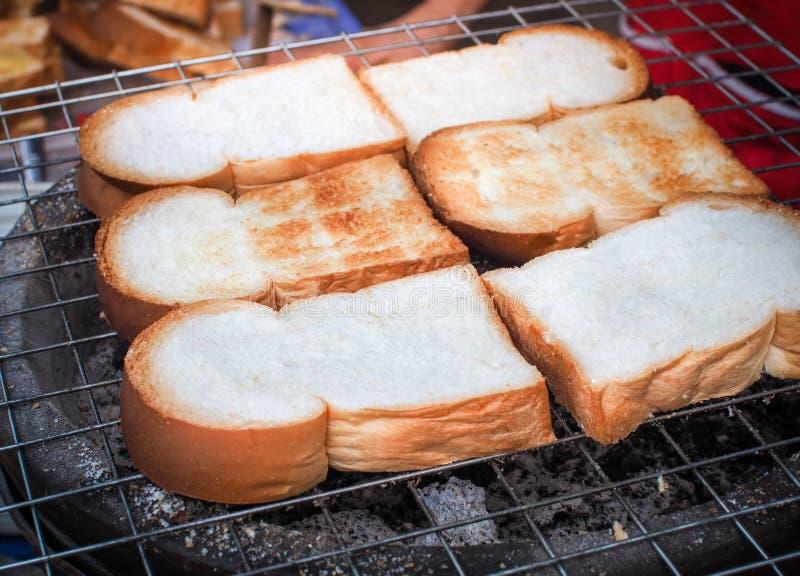 Geschnittenes Toastbrot gegrillt über Holzkohle stockfoto
