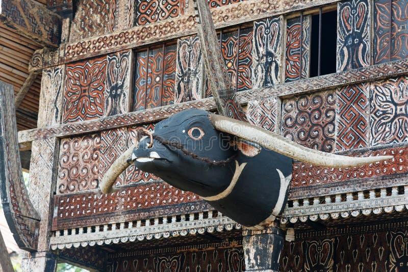 Geschnitzte Büffelkopfdekoration auf traditionellem Haus Tongkonan lizenzfreies stockfoto
