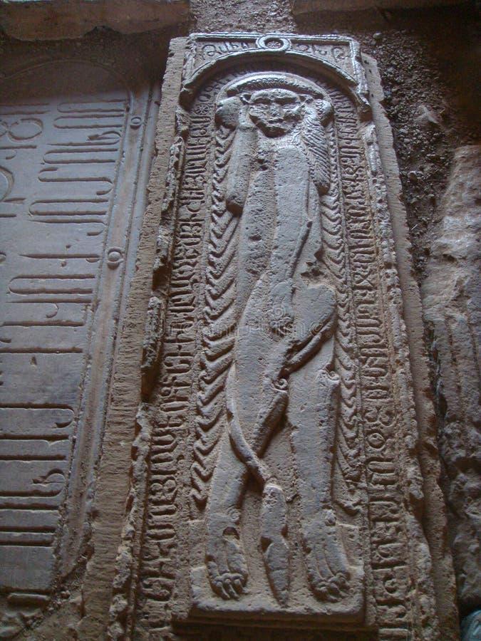 Geschnitzte Steine des alten Grabs eines Tieres mit einem Körper des Mannes innerhalb eines Klosters in Armenien stockfotos