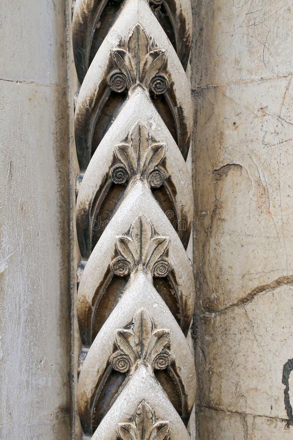 Geschnitzte Verzierungen auf einem mittelalterlichen Portal stockfotografie