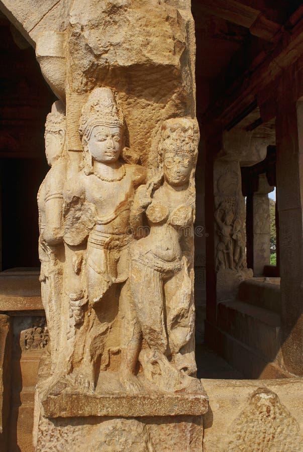 Geschnitzte Zahlen auf den nüchternen und quadratischen Säulen des Eingangsportals Durga-Tempels, Aihole, Bagalkot, Karnataka Das lizenzfreie stockbilder
