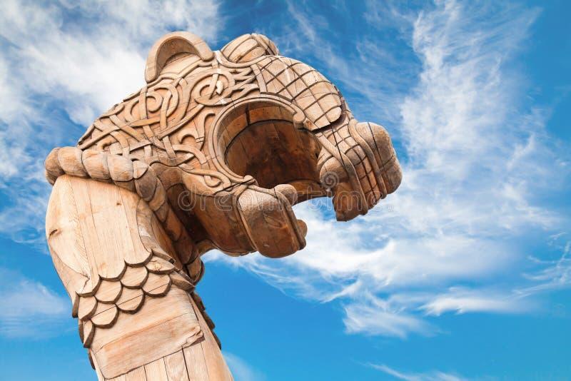 Geschnitzter hölzerner Drache auf dem Bogen des Wikingerschiffs stockbild