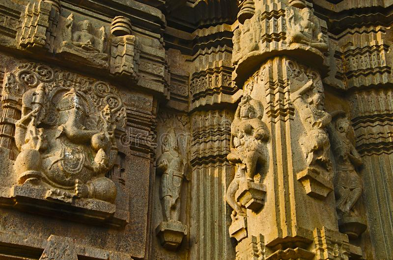 Geschnitztes Idol von Lord Ganesha und von Carvings, Kopeshwar-Tempel, Khidrapur, kolhapur, Maharashtra Indien stockfotografie