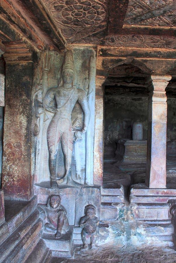 Geschnitztes Shiva erscheint im mantapa, stein-geschnittener Tempel Ravanaphadi, Aihole, Bagalkot, Karnataka Shiva-linga im Heili lizenzfreies stockbild