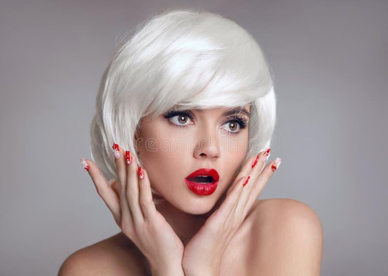 Geschokt Gezicht De blonde Vrouw met rode lippen en manicure nagelt surpr stock afbeeldingen