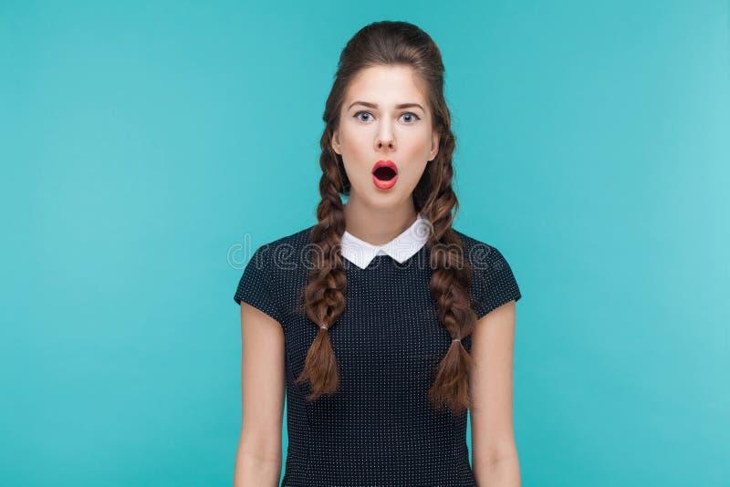 Geschokt meisje die camera met spanning en open mond bekijken royalty-vrije stock foto's