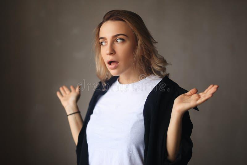 Geschokt vrouwenportret Verrast blondemeisje met geopende mond stock foto's