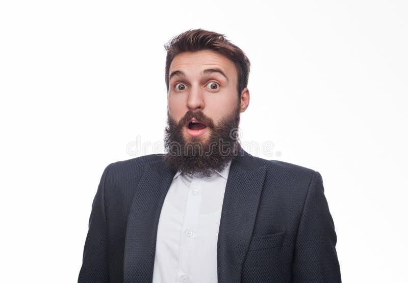 Geschokte gebaarde mens in zwart kostuum royalty-vrije stock afbeelding