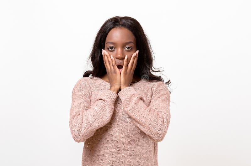 Geschokte jonge Afrikaanse vrouw stock foto's