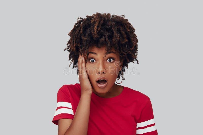 Geschokte jonge Afrikaanse vrouw stock foto
