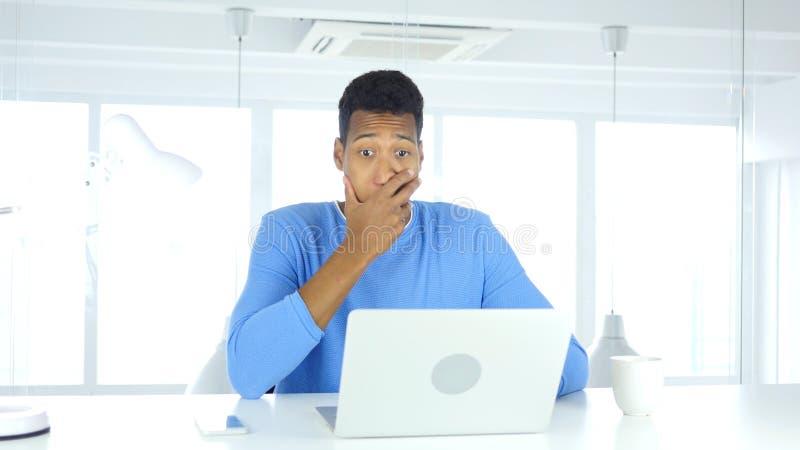 Geschokte, overweldigde en benieuwd zijnde Afro-Amerikaanse mens stock afbeelding
