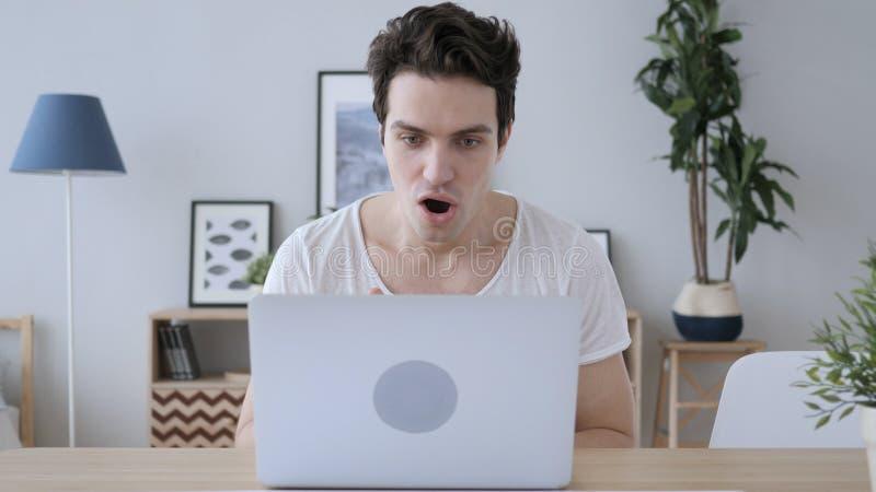Geschokte, Overweldigde Mens die aan Laptop werken royalty-vrije stock foto's